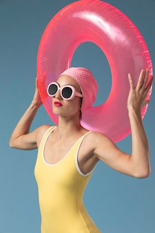 Vrouw in zwembroek met een zwemmende ring
