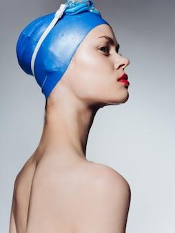 Vrouw in zwemkleding naakte schouders rode lippen close-up