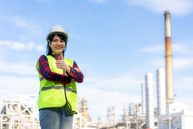 Vrouw ingenieur arm gekruist en duim omhoog