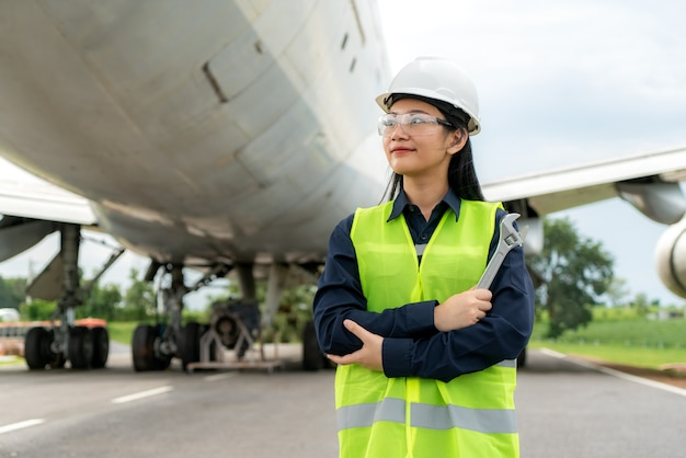 Vrouw ingenieur onderhoud vliegtuig arm gekruist