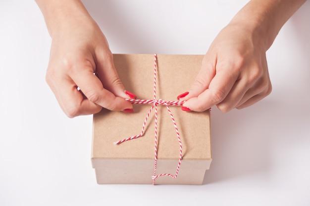 Vrouw inpakken geschenkdoos.