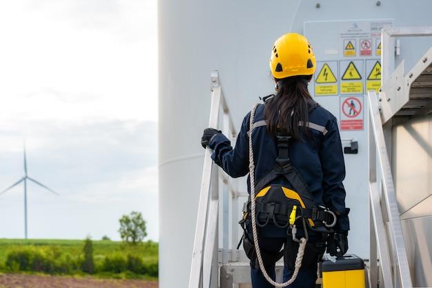 Vrouw inspectie ingenieur voorbereiding en voortgangscontrole van een windturbine