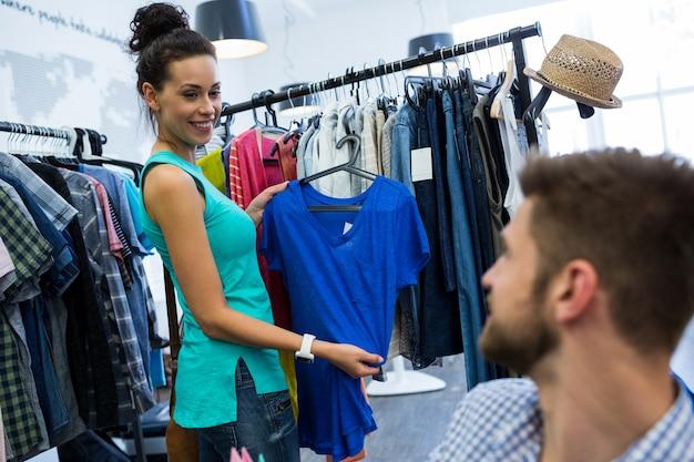 Vrouw interactie met de mens terwijl een doek