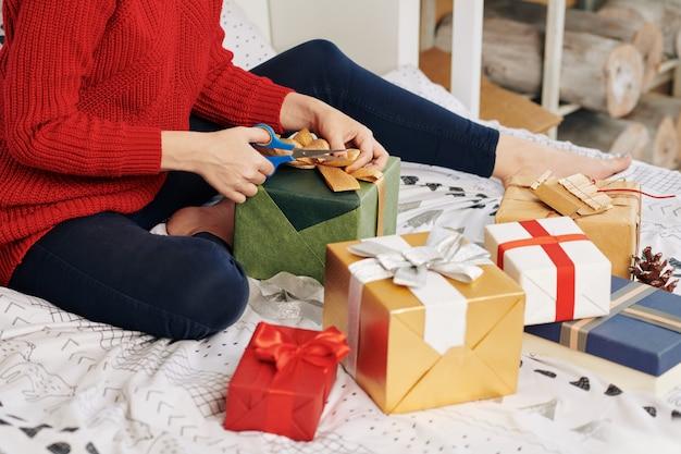 Vrouw inwikkeling van geschenken