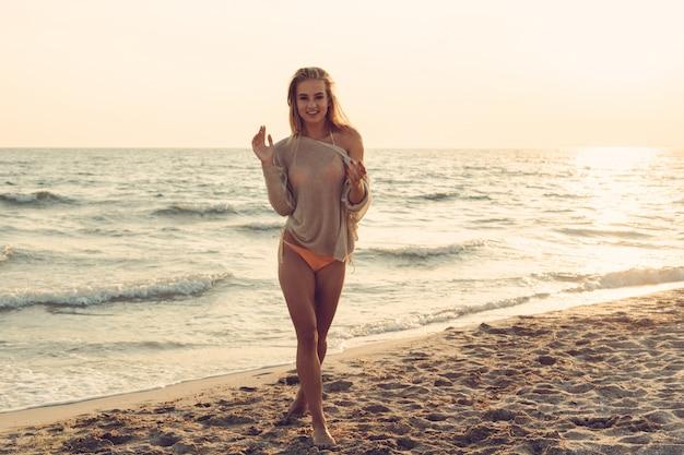 Vrouw is alleen op het strand