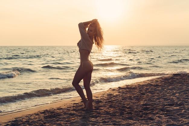 Vrouw is alleen op strand
