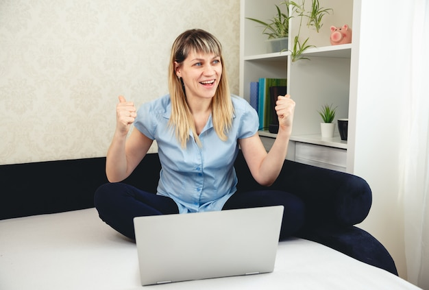 Vrouw is blij. succesvolle bedrijfsontwikkeling, succes, welvaart