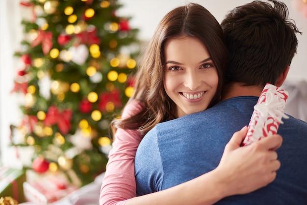 Vrouw is dankbaar voor kerstcadeautjes