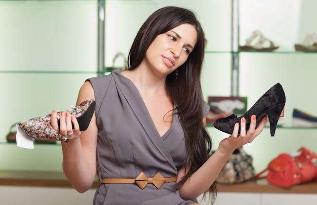 Vrouw is het kiezen van schoenen