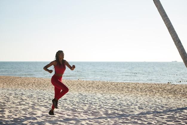 Vrouw joggen op zandstrand