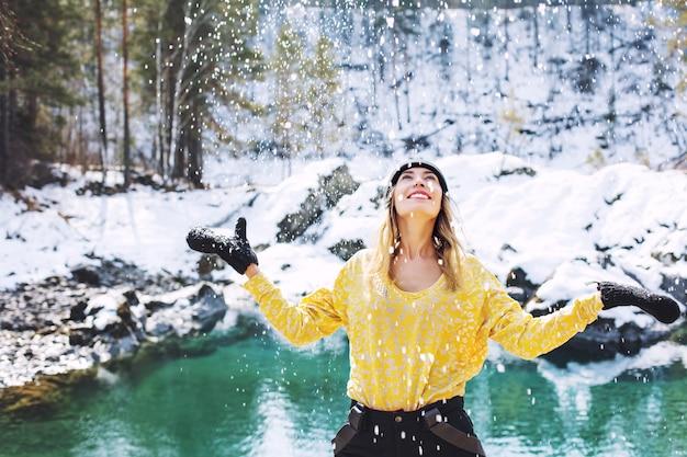 Vrouw jong volwassen gelukkig, portret op de achtergrond van een prachtig winterlandschap in de natuur