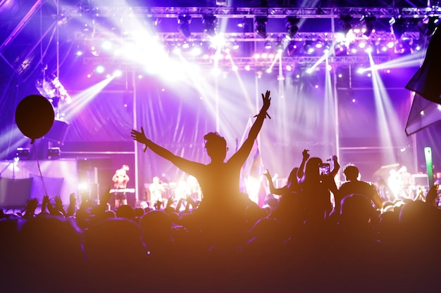 Vrouw juichen op openluchtmuziek rockfestival