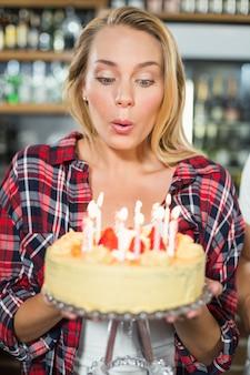 Vrouw kaarsen uitblazen