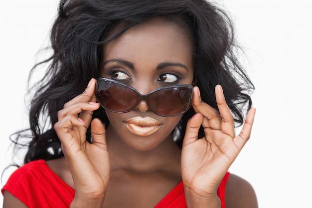 Vrouw kantelbare zonnebril