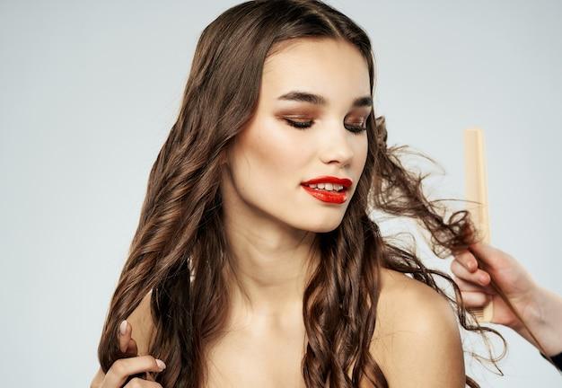 Vrouw kapper haarverzorging make-up naakte schouders model. hoge kwaliteit foto