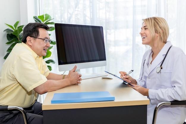 Vrouw kaukasisch artsenonderzoek en het controleren van rapporten met patiënt in de het ziekenhuisruimte.