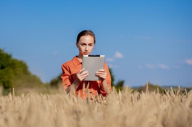 Vrouw kaukasische technoloog landbouwingenieur met tablet