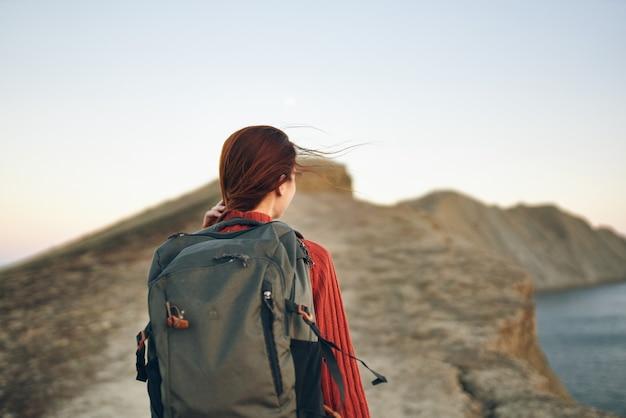 Vrouw keerde terug en bergen in de verte reizen toerisme rugzak model vakantie