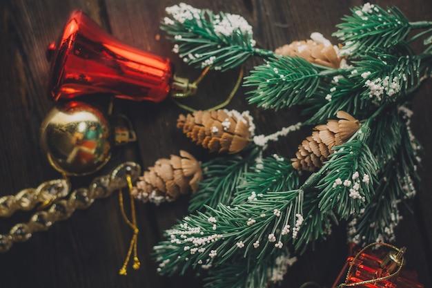 Vrouw kerstboom poseren