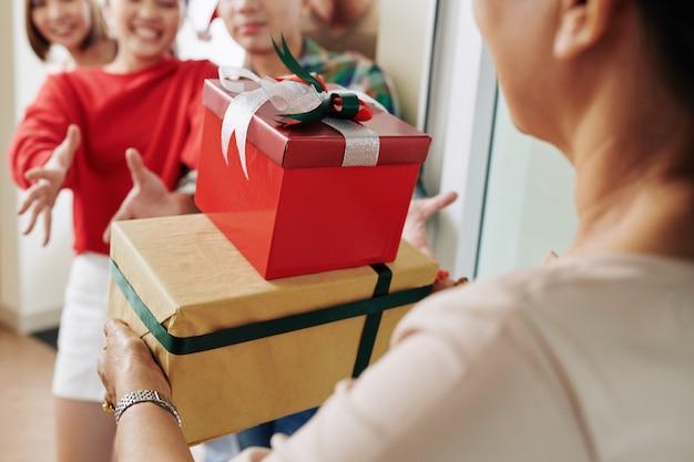 Vrouw kerstcadeautjes brengen