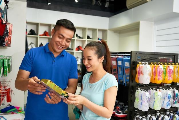 Vrouw kiest bril in winkel