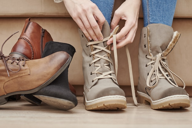 Vrouw kiest comfortabele schoenen uit een heleboel verschillende paren