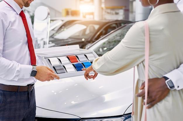 Vrouw kiest de beste kleur van hun toekomstige auto