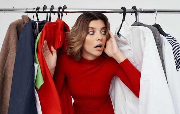 Vrouw kiest kleding in een modieuze winkel en garderobe-stijl.