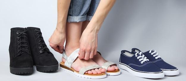 Vrouw kiest onder andere sandalen
