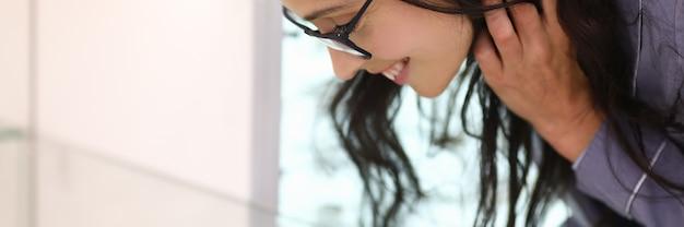 Vrouw kiest product leunend over glazen vitrine. retail keten ontwikkelingsconcept
