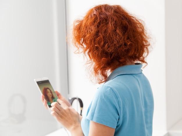 Vrouw kiest smartphone in een winkel