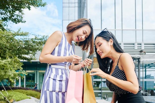 Vrouw kijken naar aankoop