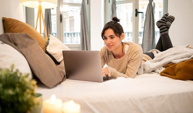 Vrouw kijken naar een tv-show thuis