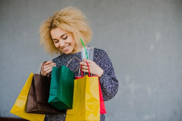 Vrouw kijken naar levendige tas
