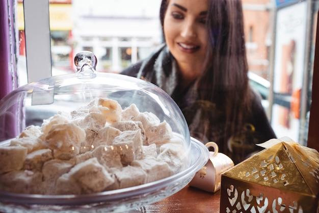 Vrouw kijken naar turkse snoepjes in de winkel