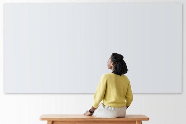 Vrouw kijkt naar blinde muur achteraanzicht