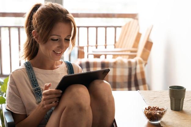 Vrouw kijkt naar een film op haar tablet