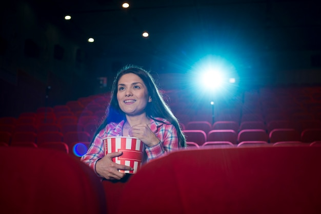 Vrouw kijkt naar film in de bioscoop