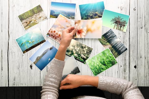 Vrouw kijkt naar foto's, herinner nostalgie voor een rustdag