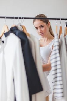 Vrouw kijkt naar kledingkast