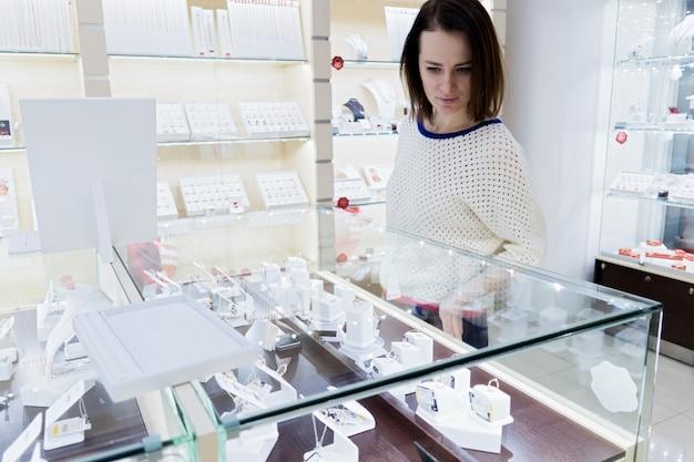 Vrouw kijkt naar sieraden