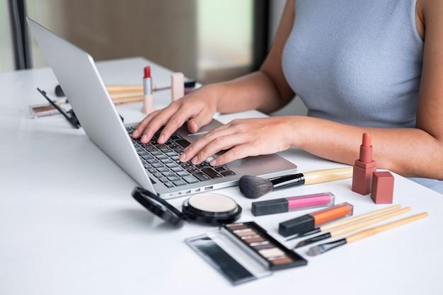 Vrouw kijkt online vlogger tutorial op laptop