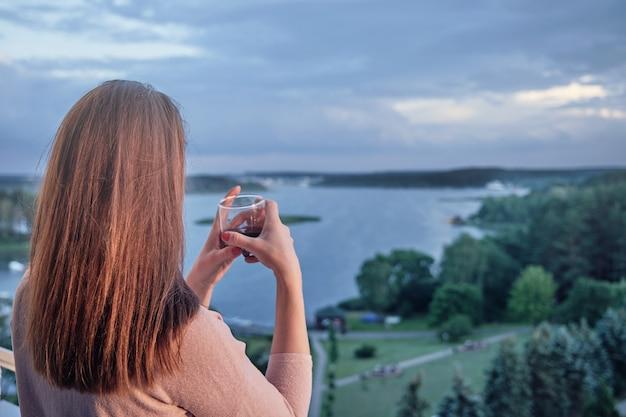 Vrouw kijkt 's avonds naar de zee van minsk