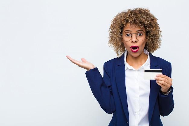 Vrouw kijkt verbaasd en geschokt, met open mond, met een open hand opzij