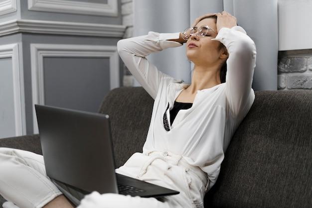 Vrouw kijkt verdrietig vanwege een onvoltooid project