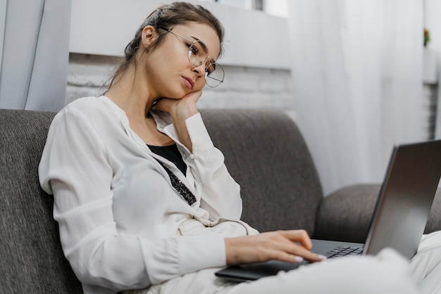 Vrouw kijkt verveeld tijdens het werken