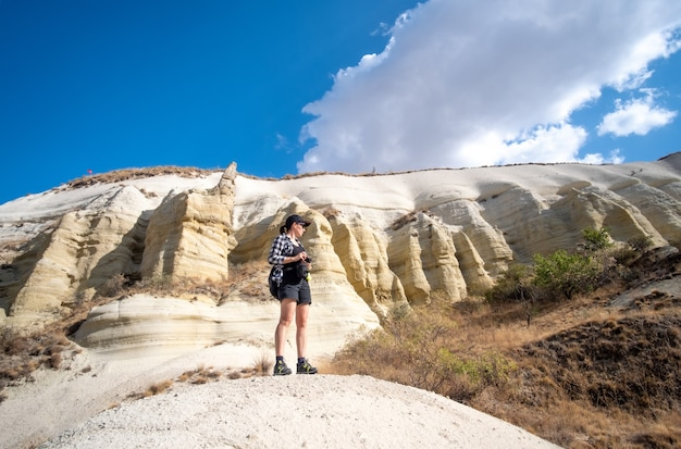 Vrouw kijkt zijwaarts terwijl ze op een heuvel staat in cappadocië, turkije