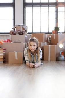 Vrouw klaar met lading pakketten en ligt op de vloer