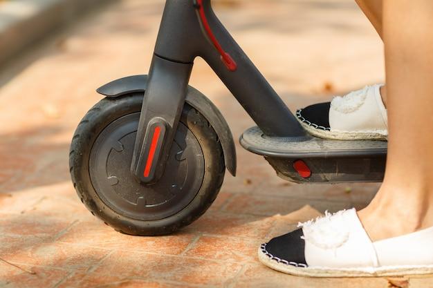 Vrouw klaar om rit met elektrische scooter te ontdekken.