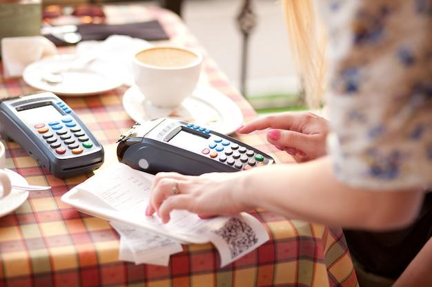 Vrouw klant betalen met creditcard bij coffeeshop